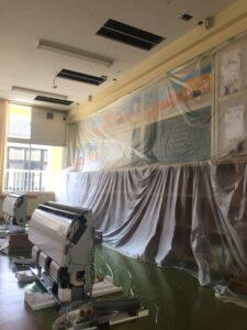 教室は養生シートに覆われています